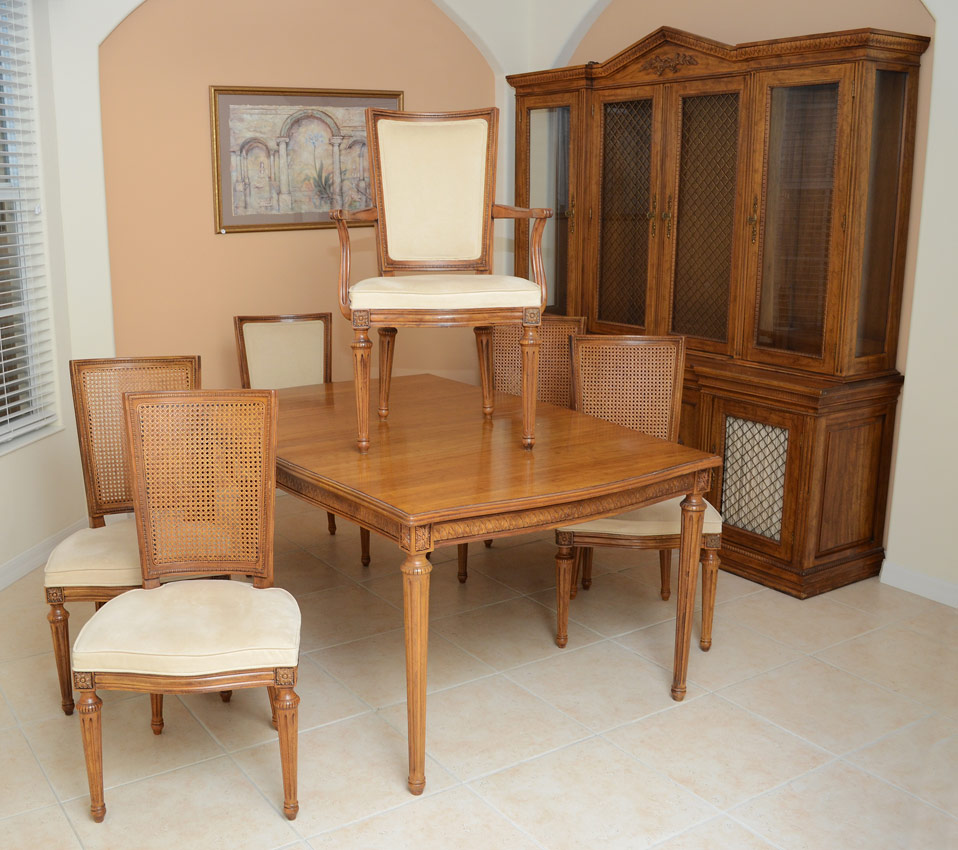 Superbe DAVIS CABINET COMPANY ITALIAN STYLE 10 PC DINING ROOM SET: Includes The  Glass And Mesh Wire Front China Cabinet, Table With 2 Leaves And 6 Chairs.